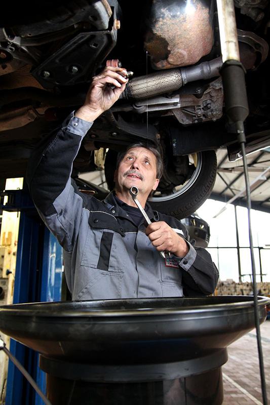 Mitarbeiter bei Ölwechsel   Scheich Car Repair Center