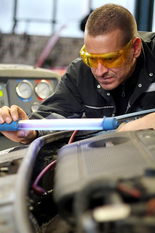 Mitarbeiter bei Sichtprüfung   Scheich Car Repair Center