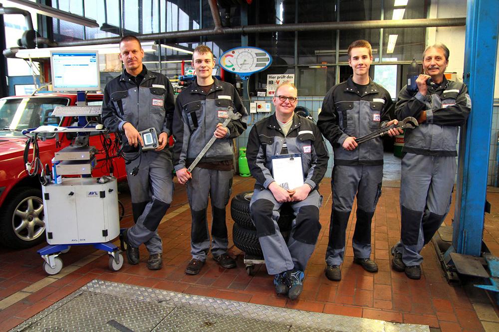 Gruppenbild in der Werkstatt   Scheich Car Repair Center