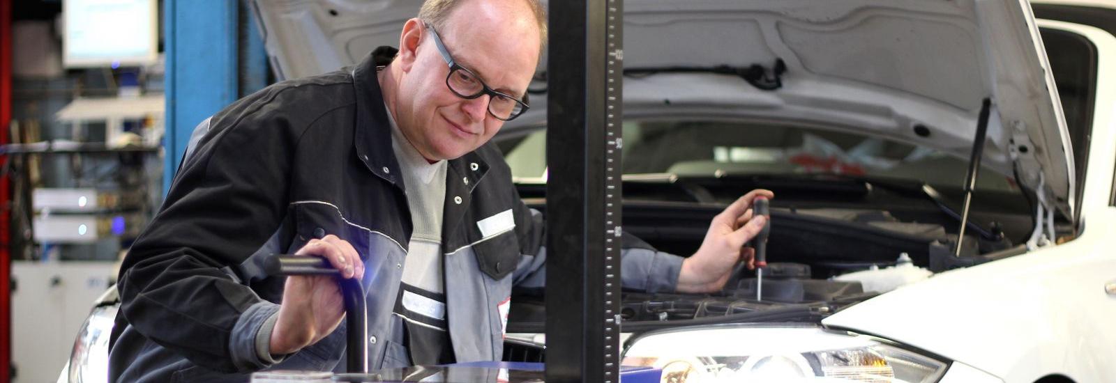 Herr Scheich bei ReparaturHerr Scheich bei Reparatur | Scheich Car Repair Center